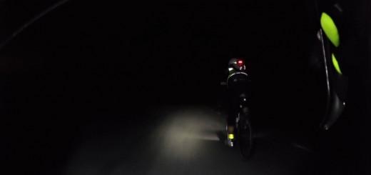 Mika trampar på i mörkret
